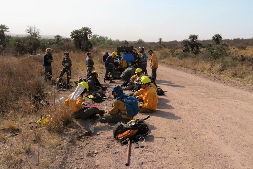 Un grupo de personas en moto en un camino de tierra  Descripción generada automáticamente con confianza media